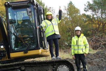 Grethe Aasved og Lars Gunnar Årsund fra Aune maskin jubler over at byggingen er i gang